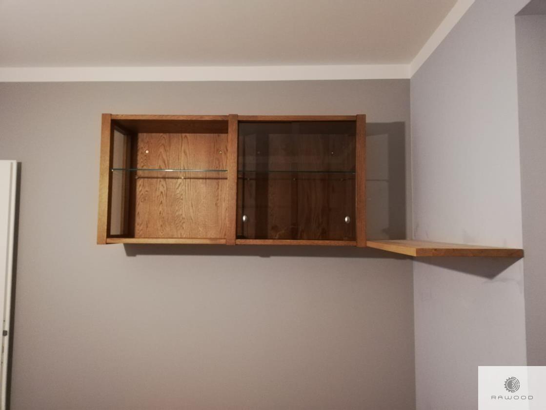 Regale aus Massivholz und Glas ins Arbeitzimmer