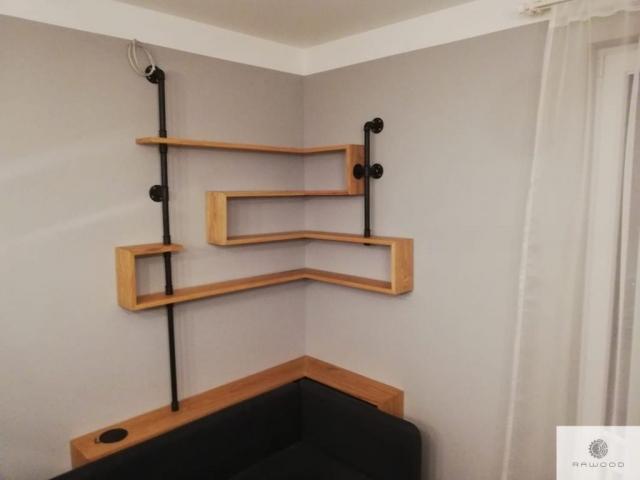 Industrielle Eckregalen aus Massivholz und Stahl ins Wohnzimmer