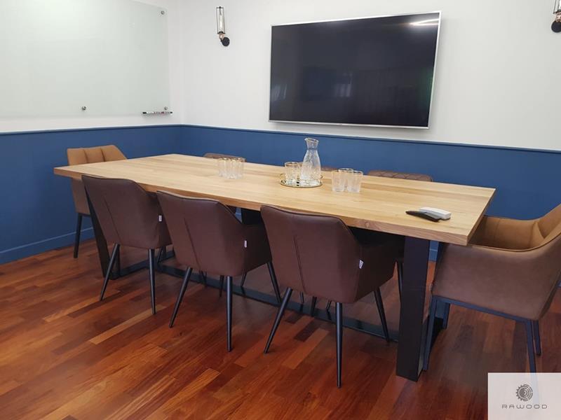 Tisch mit Eichentischplatte und Metallbeine ins Konferenzraum