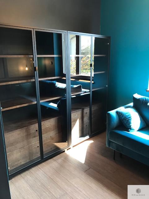 Designer Standvitrine mit Massivholz ins Wohnzimmer CARLA I finden Sie uns auf https://www.facebook.com/RaWoodpl/